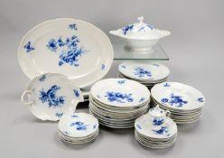 Meissen (Knaufzeit, 2-gestrichen), Speiseservice, mit Korbrand, Dekor 'Blaue Blume mit Insekten