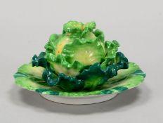Mehrteilige Sammler-Porzellanfigur: 'Salatkopf/große Blüte(?) auf Teller', polychrom staffiert, unt
