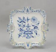Meissen (4-gestrichen), Prunktablett, mit Zwiebelmuster, Rocaillenrand mit Muscheln und Kartuschen;