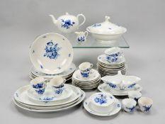 Meissen, Restservice, Dekor 'Blaue Blume mit Insekten', u.a. 1 Deckelterrine und 1 Teekann