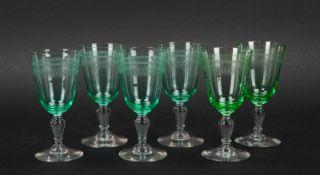 Satz Weingläser (alt), grüne Kuppa/ziseliert, auf Klarglas-Scheibenfuß, 6 Stück
