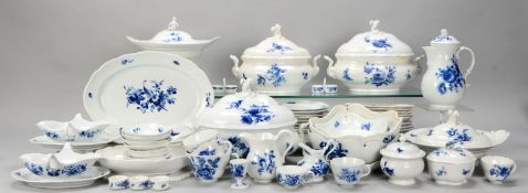 Meissen (Knaufzeit), umfangreiches Speiseservice, Dekor 'Blaue Blume mit Insekten', umfass