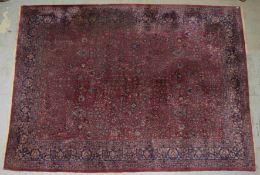 Großer Agra-Teppich (Indien), antik, bordeauxroter Fond, floral durchgemustert; Maße 415