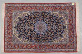 Feiner Isfahan, Wolle auf Seide, ca. 1 Mio. Knoten/qm, Flor in gutem Zustand; Maße 157 x 110 cm