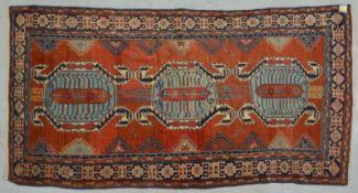 Shirwan-Orientteppich, mit Kufi-Bordüre; Maße 230 x 120 cm (mit Gebrauchsspuren)
