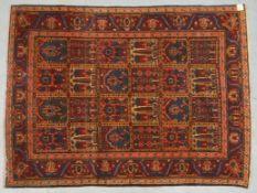 Bakhtiari, antik, Pflanzenfarben, mit Feldermuster, ringsum neu festoniert, gleichmäßiger