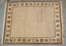 Tibet-Teppich, naturbelassene Hochlandwolle, mit brauner Bordüre, Flor in gutem Zustand; Ma&szl
