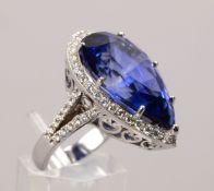 Saphir-Brillantring, 585 WG, mit einzelnem behandeltem Saphir von 27,00 ct, Stein im Birnenschliff,