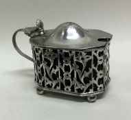 An Edwardian silver mustard pot with pierced decor