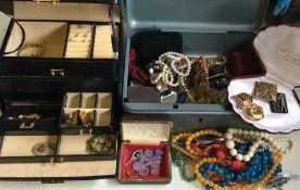 A large quantity of costume jewellery. Est. £20 -