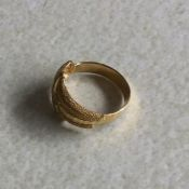 A continental 9ct gold ring. 2.5 grams. Est. £20 -