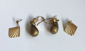 Two pairs of 9 carat earrings. Approx. 4 grams. Es