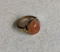 An 18ct agate mounted ring. 6 grams. Est. £30 - £5