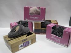 Five boxed pairs of Totes and Deer Foamed slippers in sizes ranging from UK 6, M and L