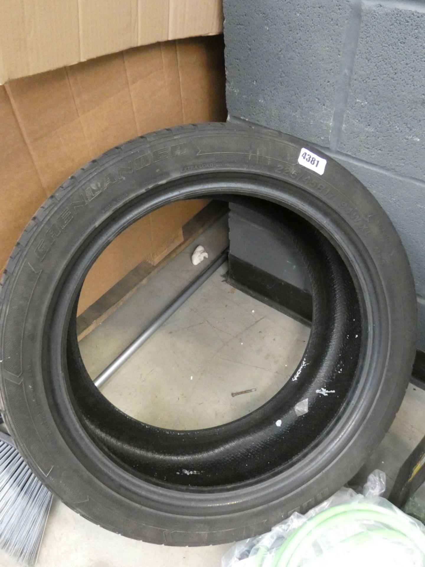 4737 - 225/45/17 tyre