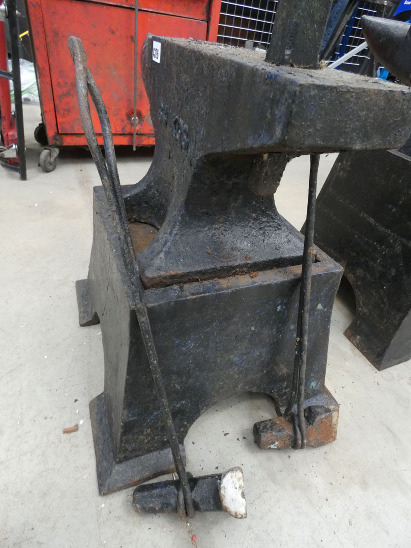 Large anvil with stand and accessories - Image 2 of 2