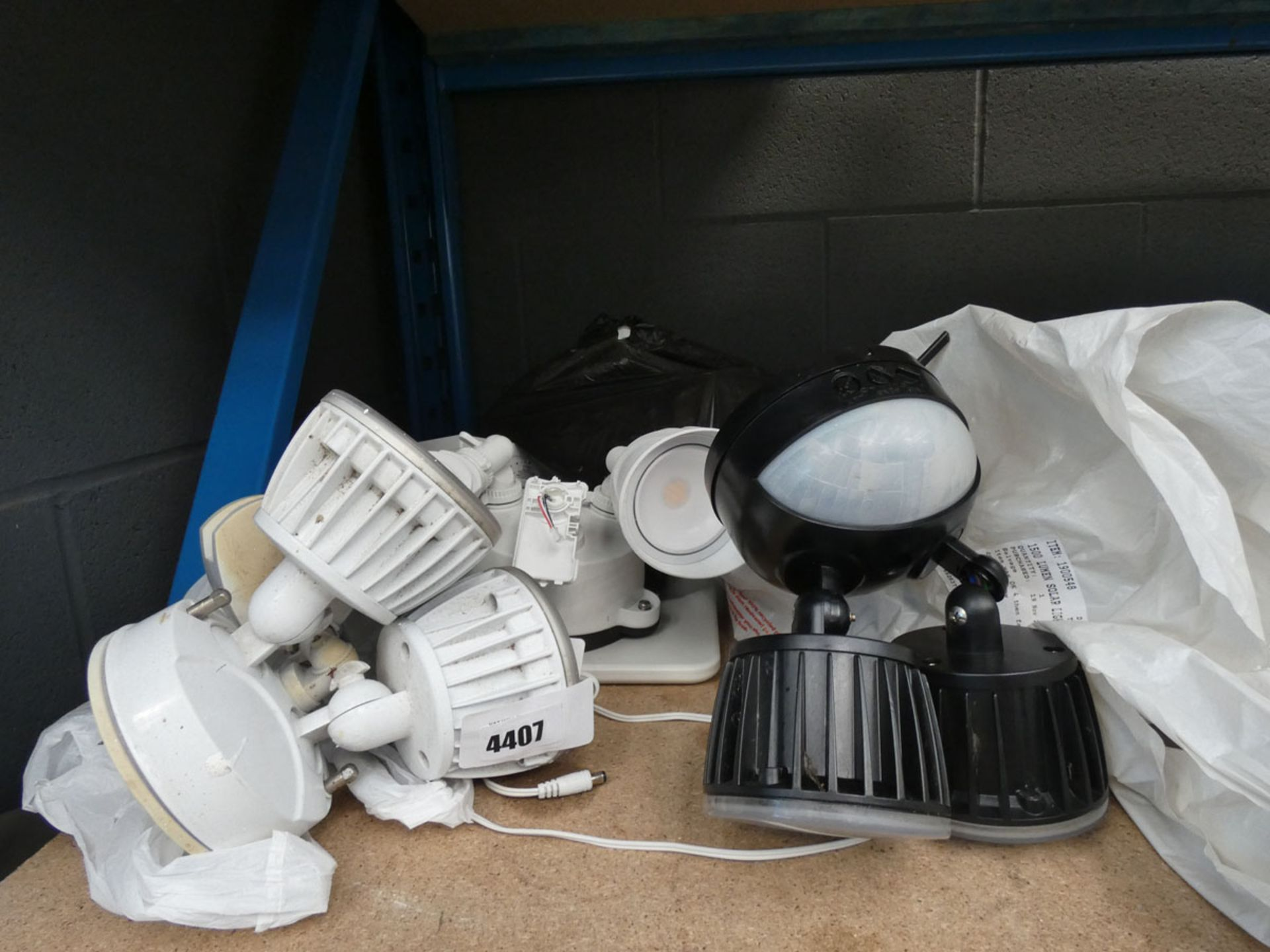 4708 - Quantity of loose security lights