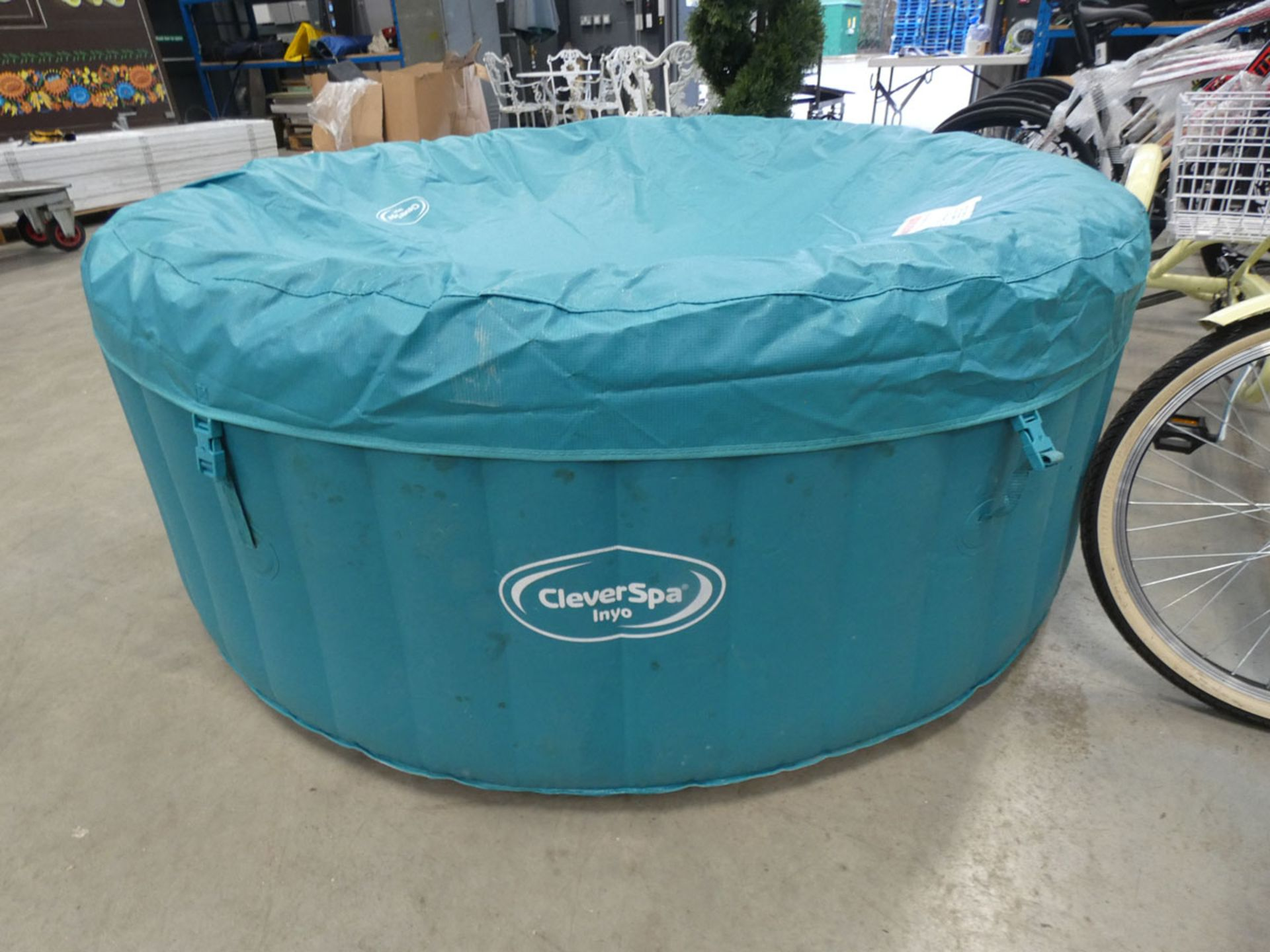Inflatable clever spa inyo with built in pump