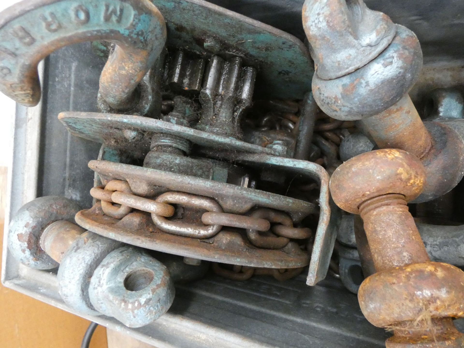 4544 - Metal tin containing shackles and a chain block - Image 2 of 2