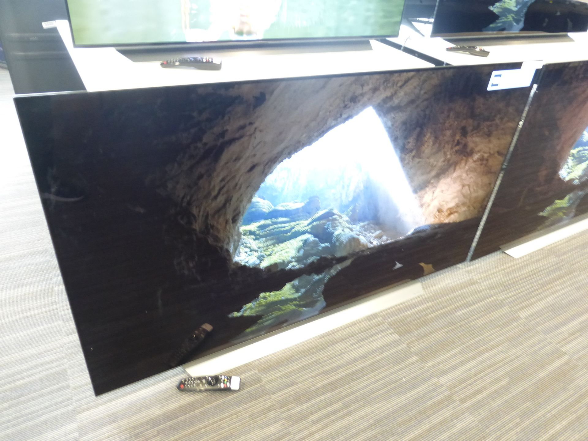 LG 65'' 4K OLED TV Model: OLED65CX5LB, includes remote (R7) Screen has no visible damage, sound is