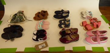 Bag of assorted childrens shoes