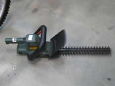 Black & Decker battery powered hedge cutter with one battery and charger