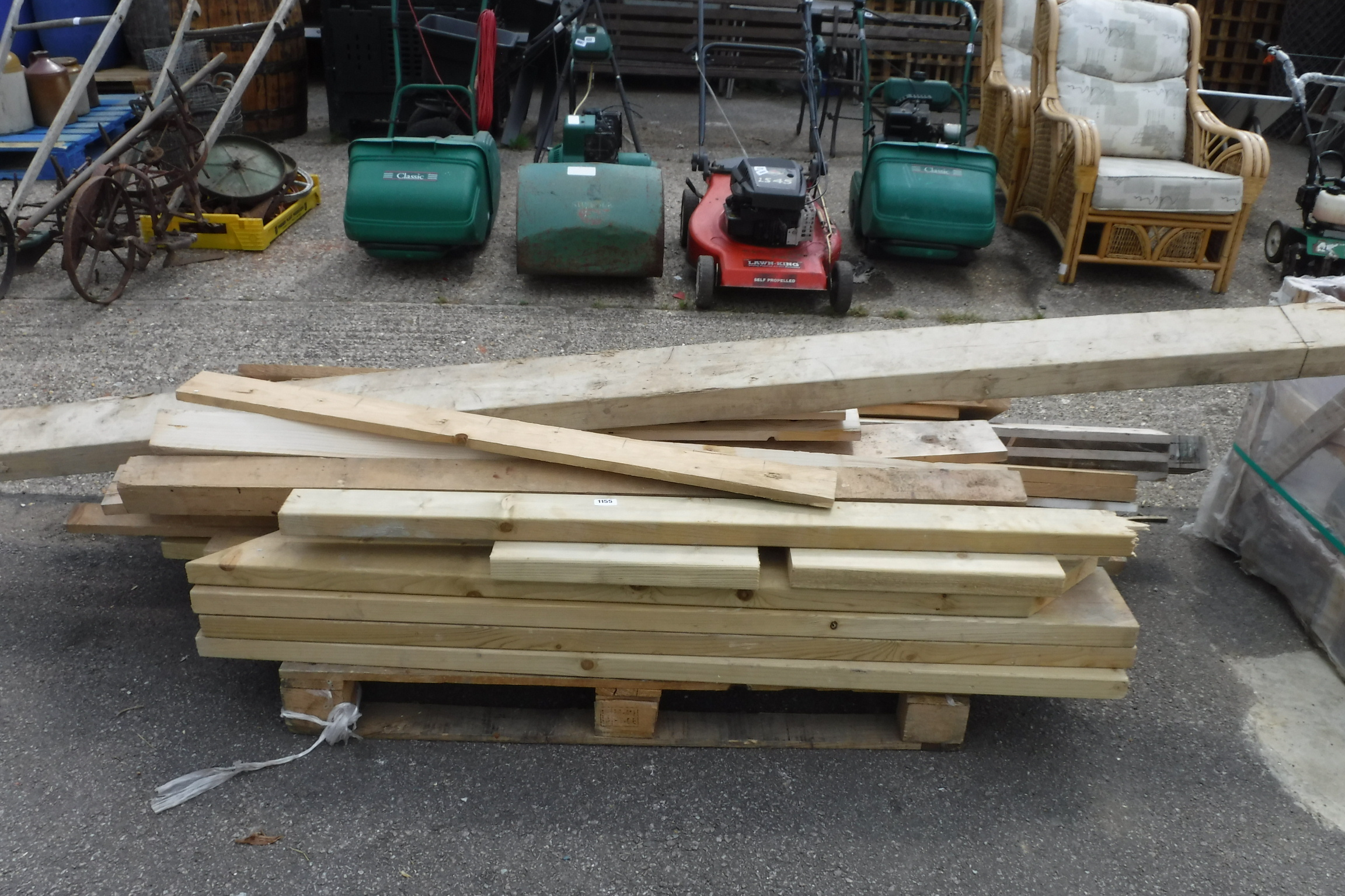 Pallet of assorted timber pieces