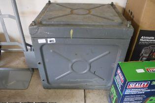 (1050) Metal lockable crate