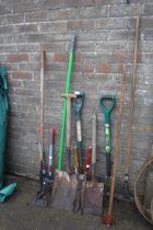 Quantity of garden hand tools incl. shovel, shears, fork, rake, hoe, etc.