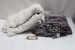 Bag of 2 acrylic throws in grey and dark grey