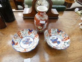 Pair of Chinese bowls in the Imari palette, together with a European similar vase