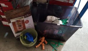 (R7I) Contents Of Container : Garden Lot To Include 10 X Elephant Watering Can, 11 X 12Ó High Fibre