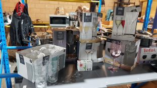 (R1G) Kitchen. A Quantity Of Mixed Drinking Glasses To Include Faceted Champagne Flutes. Wine G