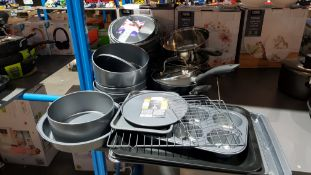 (R2E) Kitchen. Approx. 22 Items. Mixed Lot To Include Baking Trays, Cake Tins, Saucepans. 6 Cup