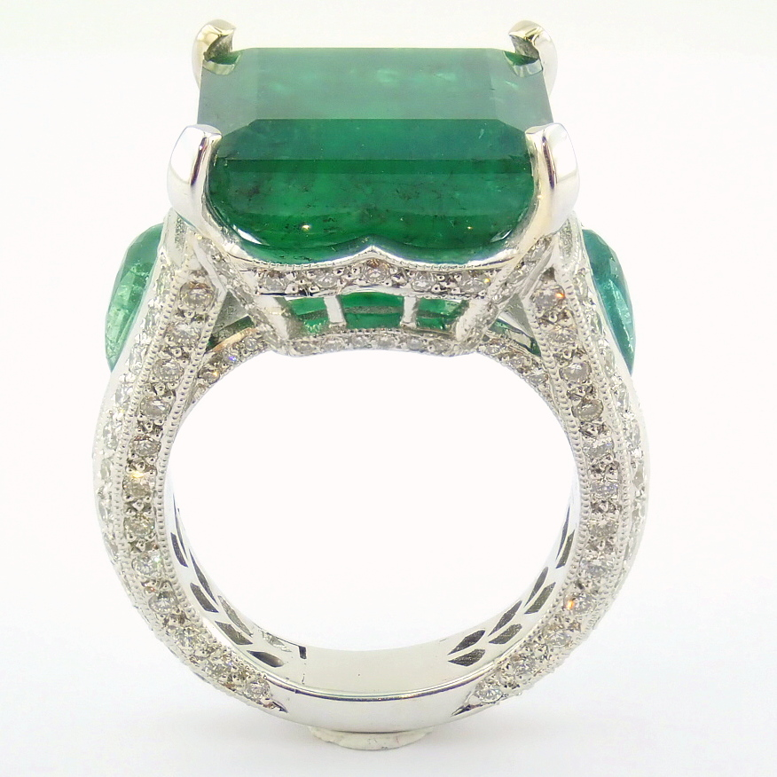 18K White Gold Cluster Ring - 4,75 Ct. Natural Emerald - 0,60 Ct. Diamond - Image 3 of 11