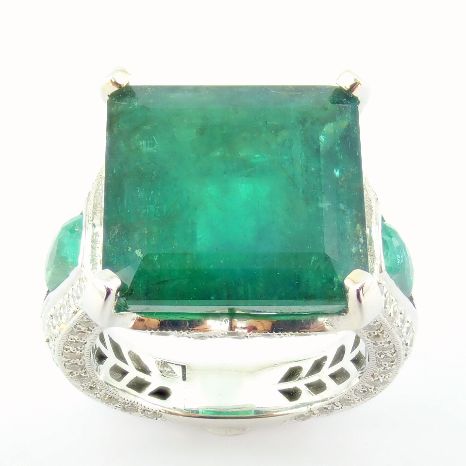 18K White Gold Cluster Ring - 4,75 Ct. Natural Emerald - 0,60 Ct. Diamond - Image 2 of 11