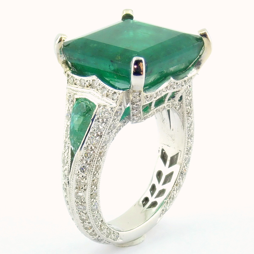 18K White Gold Cluster Ring - 4,75 Ct. Natural Emerald - 0,60 Ct. Diamond