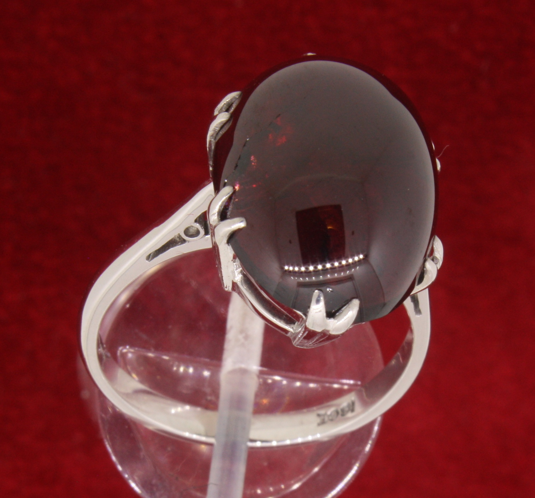 18ct 750 White Gold Oval Garnet Carbuncle Ring - Image 3 of 5