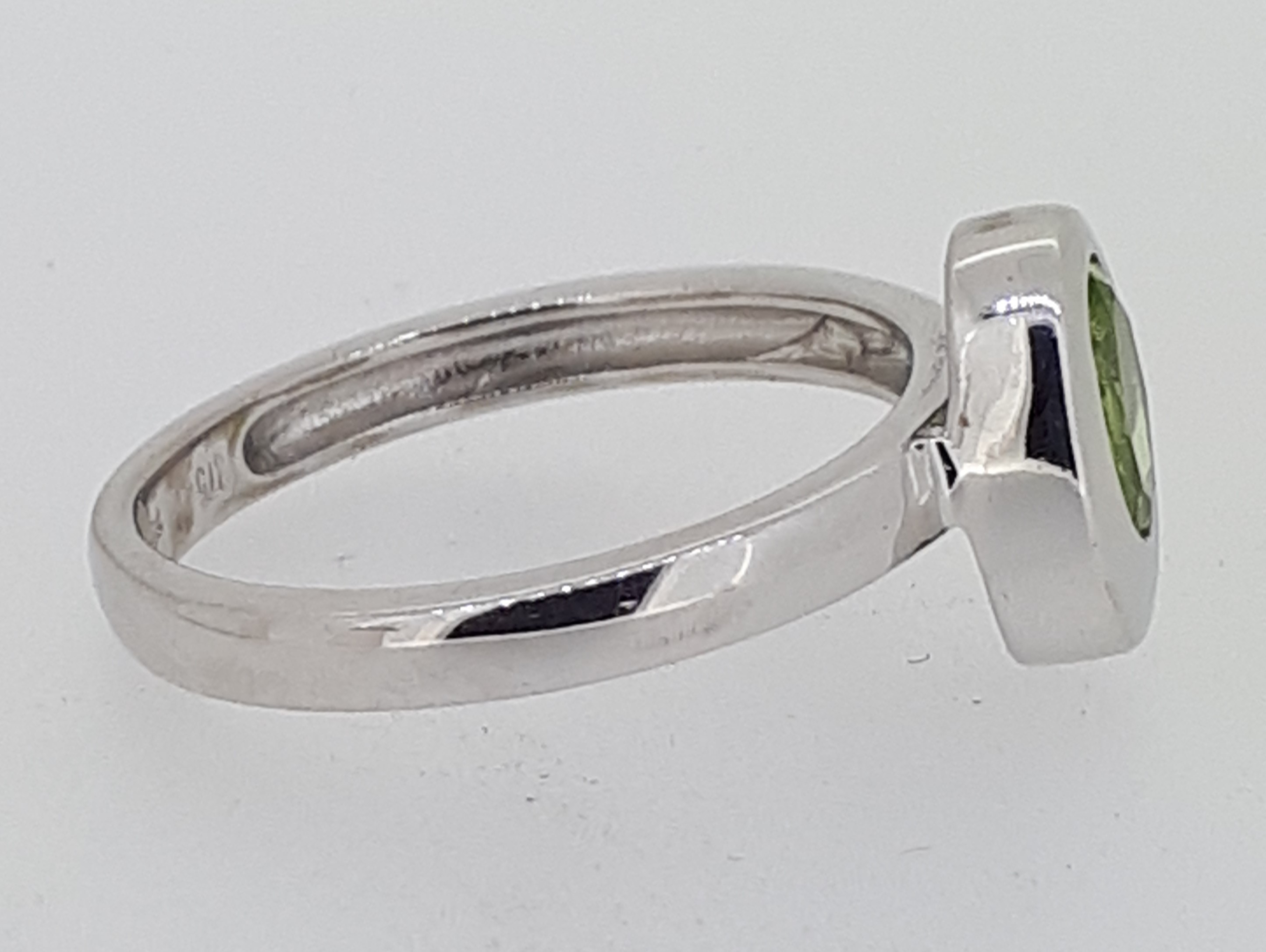 9ct (375) White Gold Oval Peridot Ring - Image 5 of 5