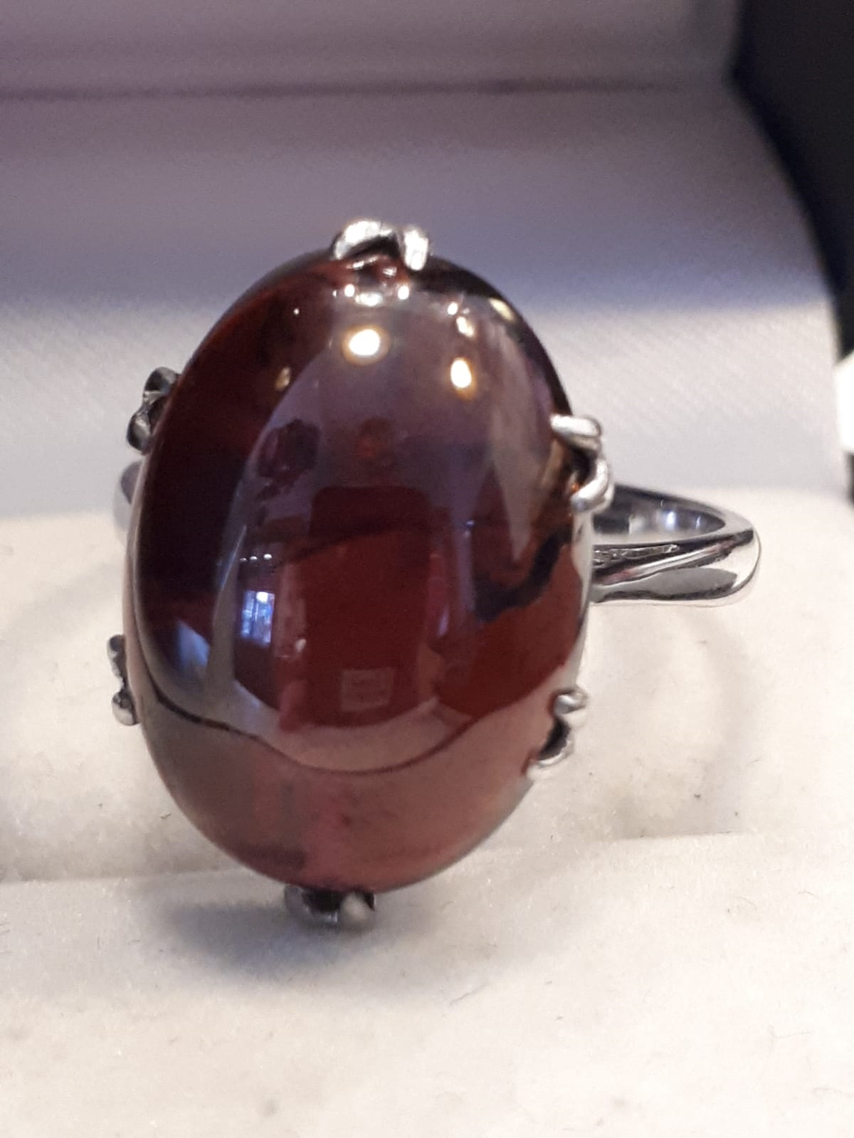 18ct 750 White Gold Oval Garnet Carbuncle Ring