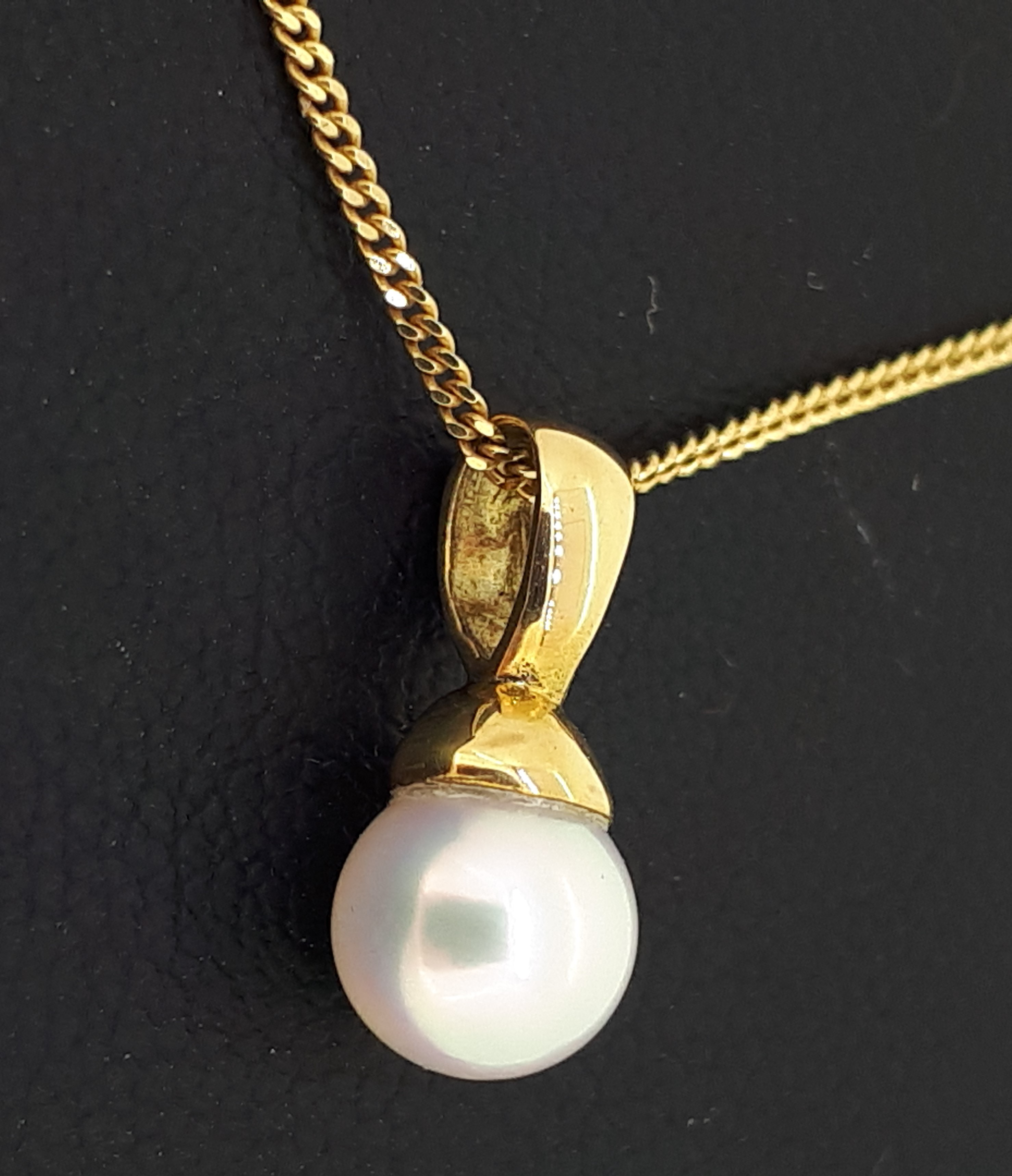 18ct (750) Yellow Gold 5.5-6mm Pearl Pendant on 18ct Yellow Gold Curb Chain