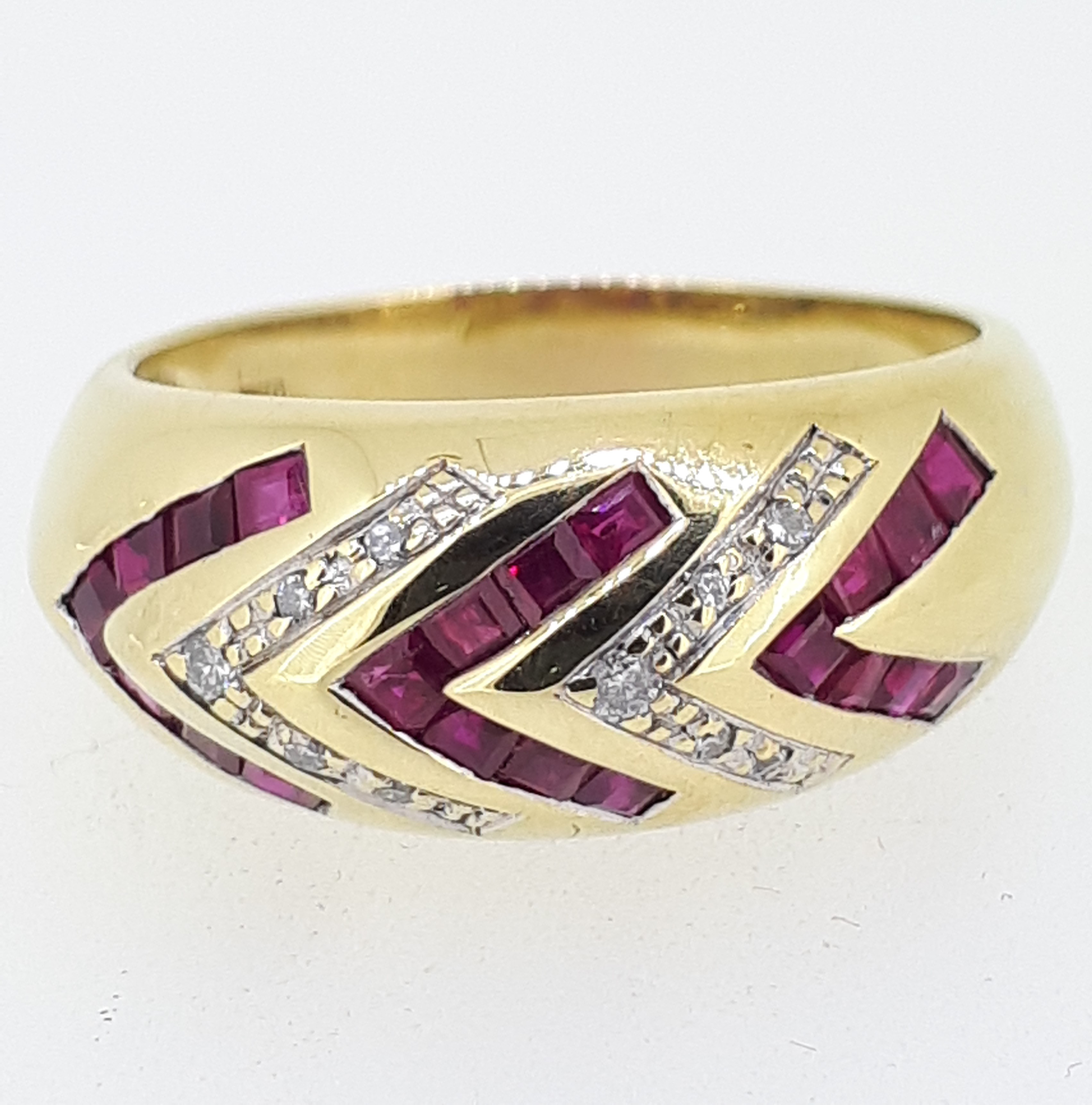 18ct (750) yellow Gold Ruby & Diamond Heavy Ring
