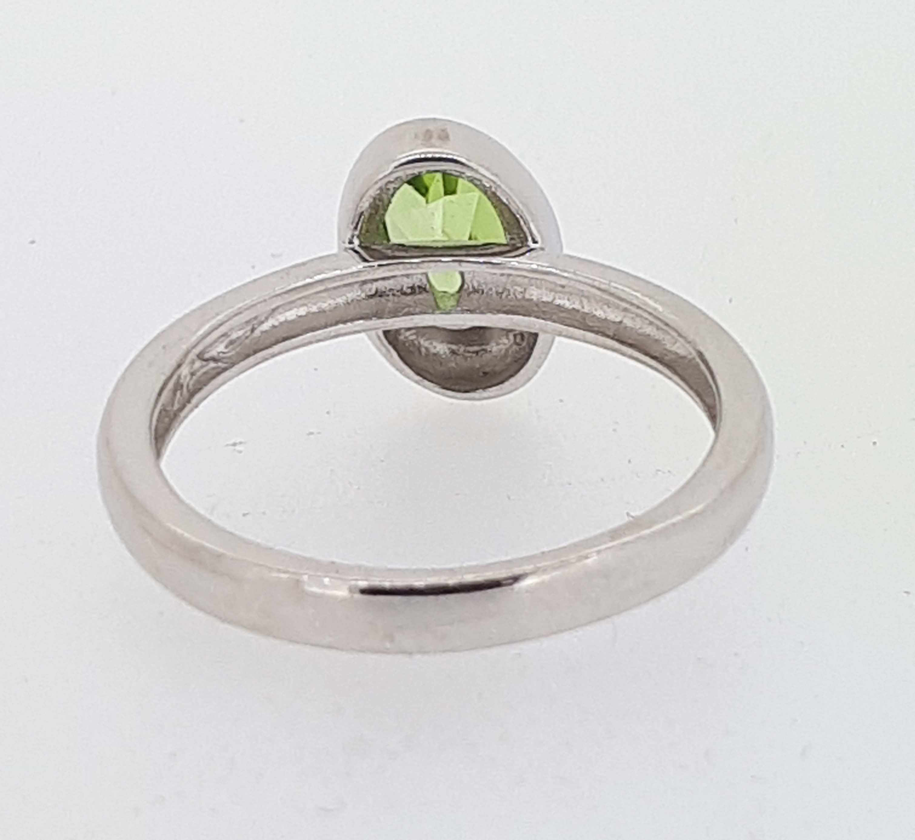 9ct (375) White Gold Oval Peridot Ring - Image 4 of 5