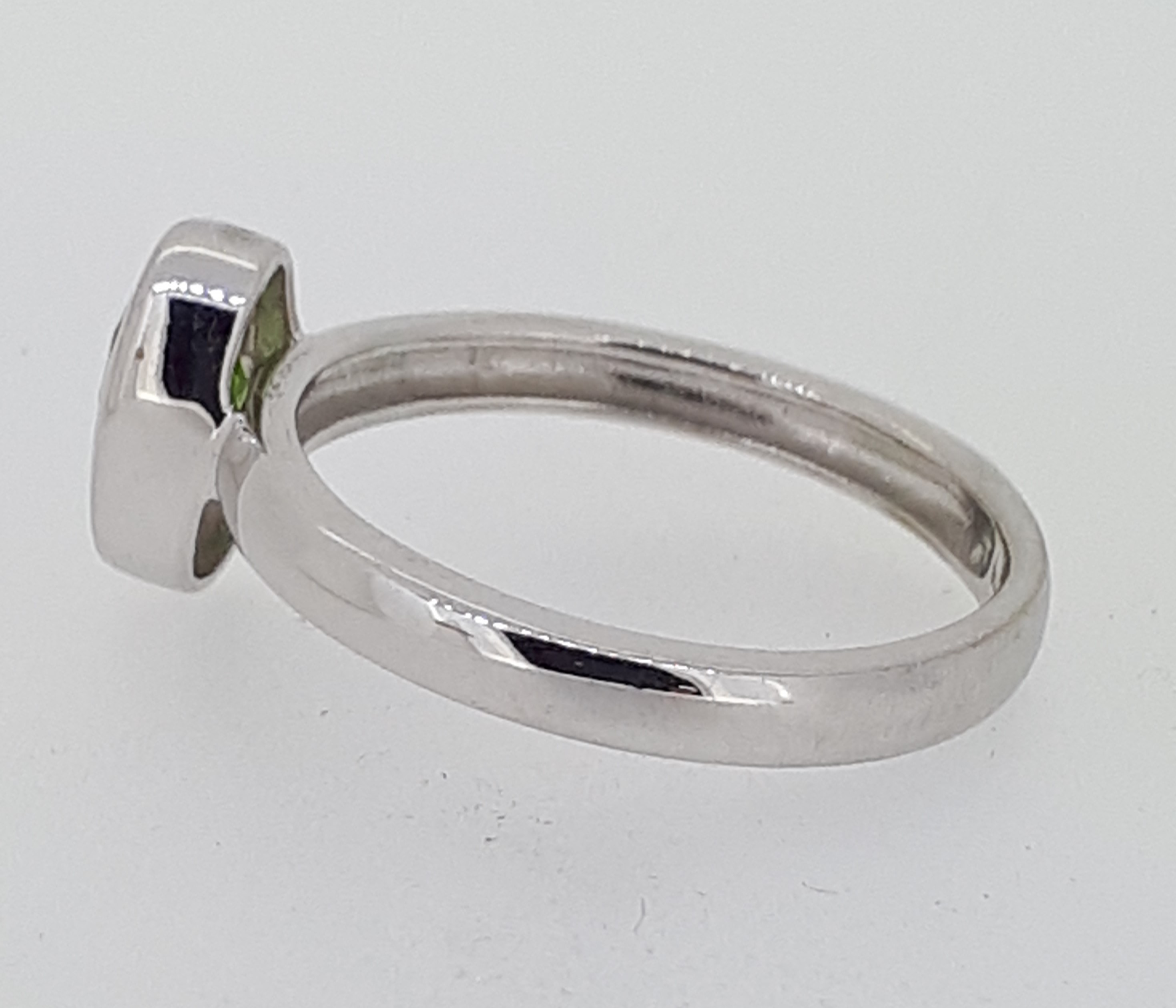 9ct (375) White Gold Oval Peridot Ring - Image 3 of 5
