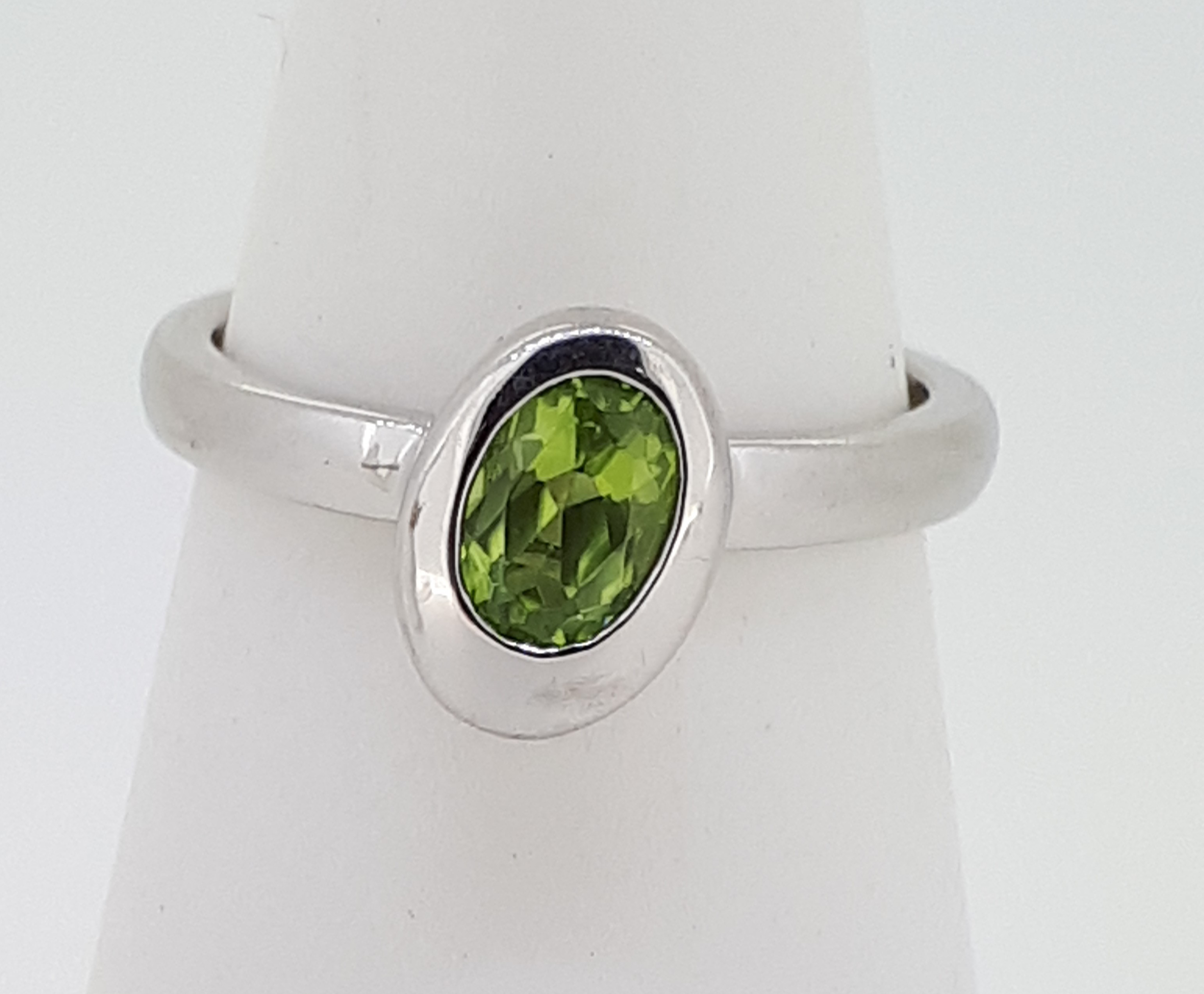 9ct (375) White Gold Oval Peridot Ring - Image 2 of 5