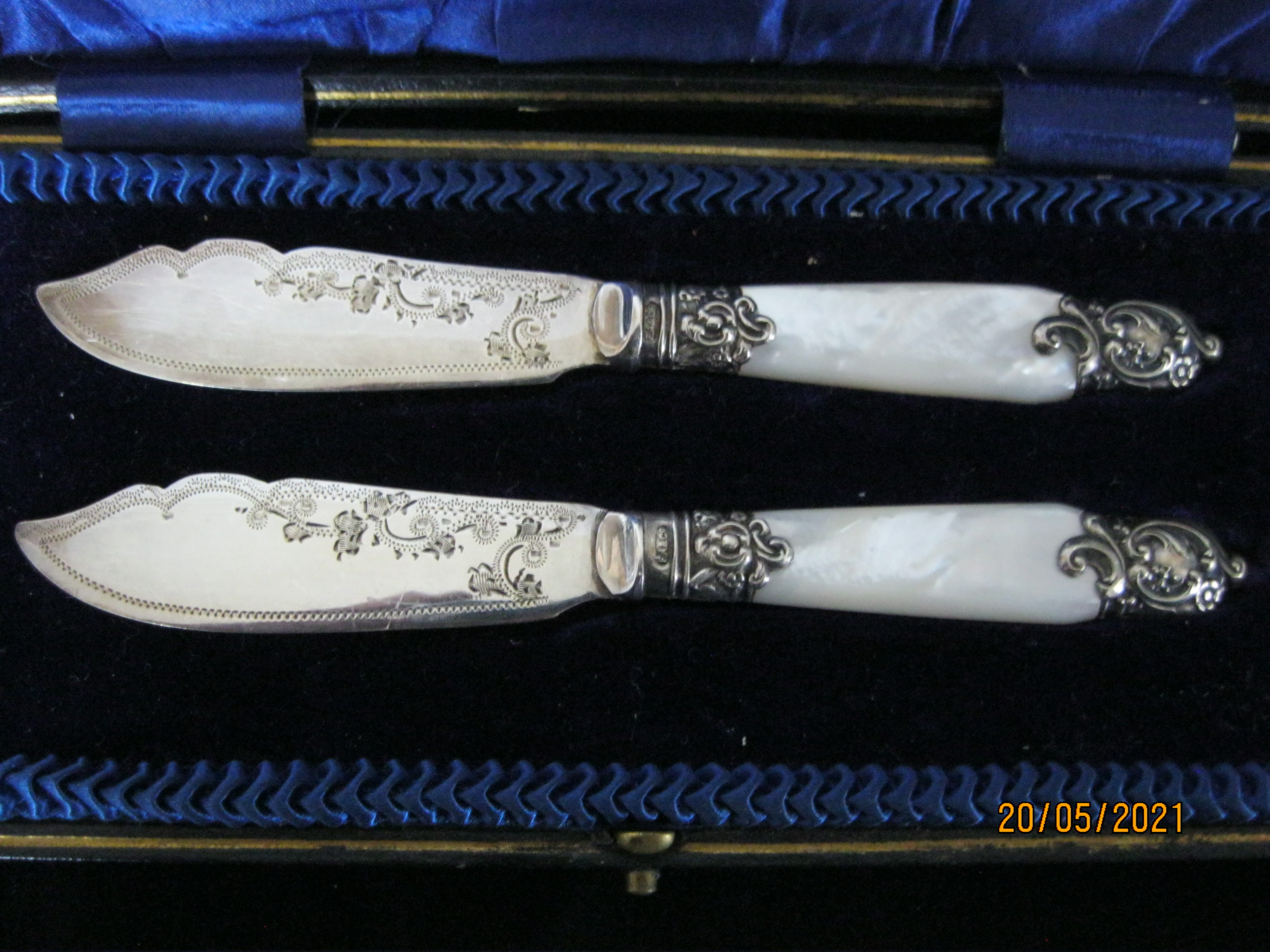 Pair Of Antique fruit Knifes With Mother Of Pearl Handles in Case - Image 2 of 9