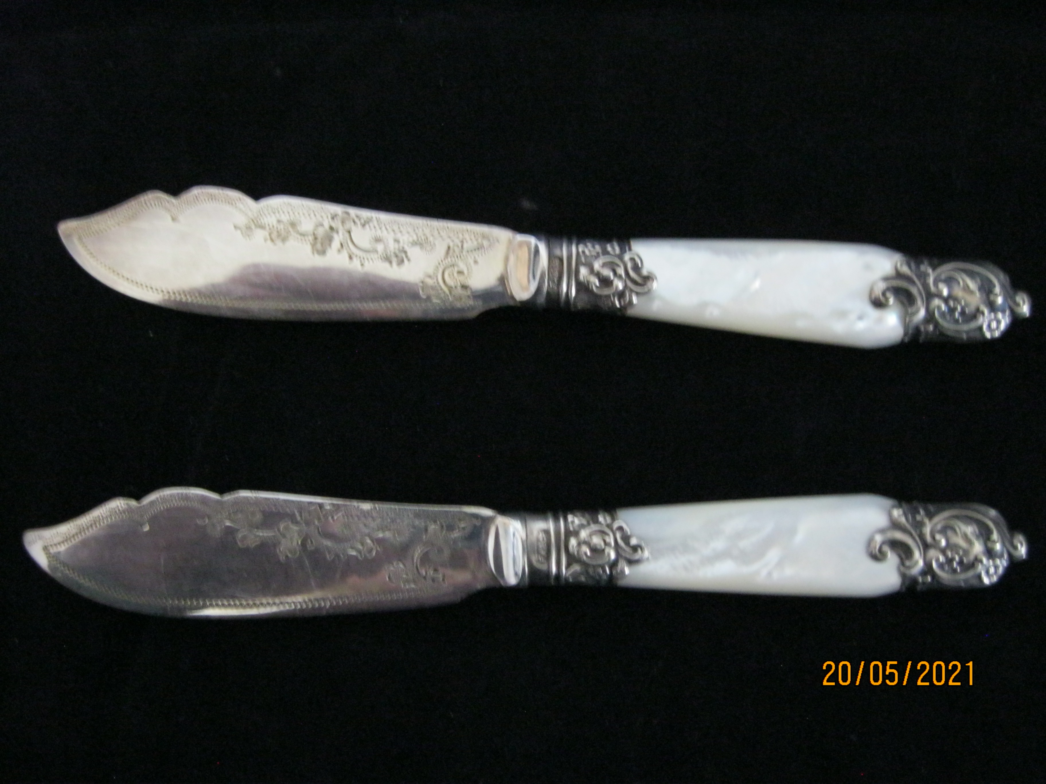 Pair Of Antique fruit Knifes With Mother Of Pearl Handles in Case - Image 3 of 9