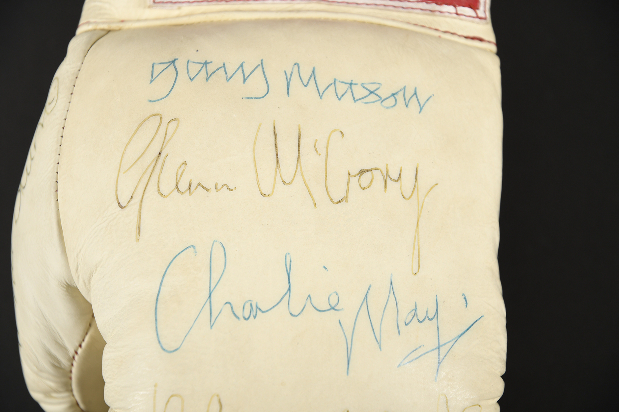 TITLE BOXING GLOVE Original signatures on glove - Image 3 of 4