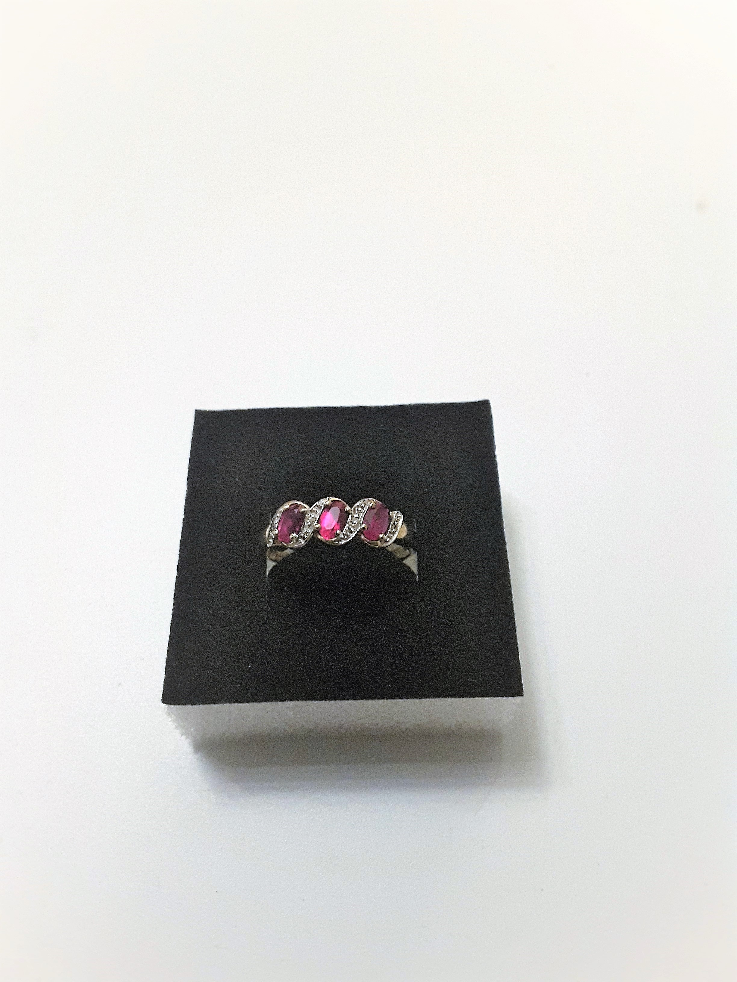 9Ct Gold Ruby And Diamond 3 Stone Ring - Image 3 of 5