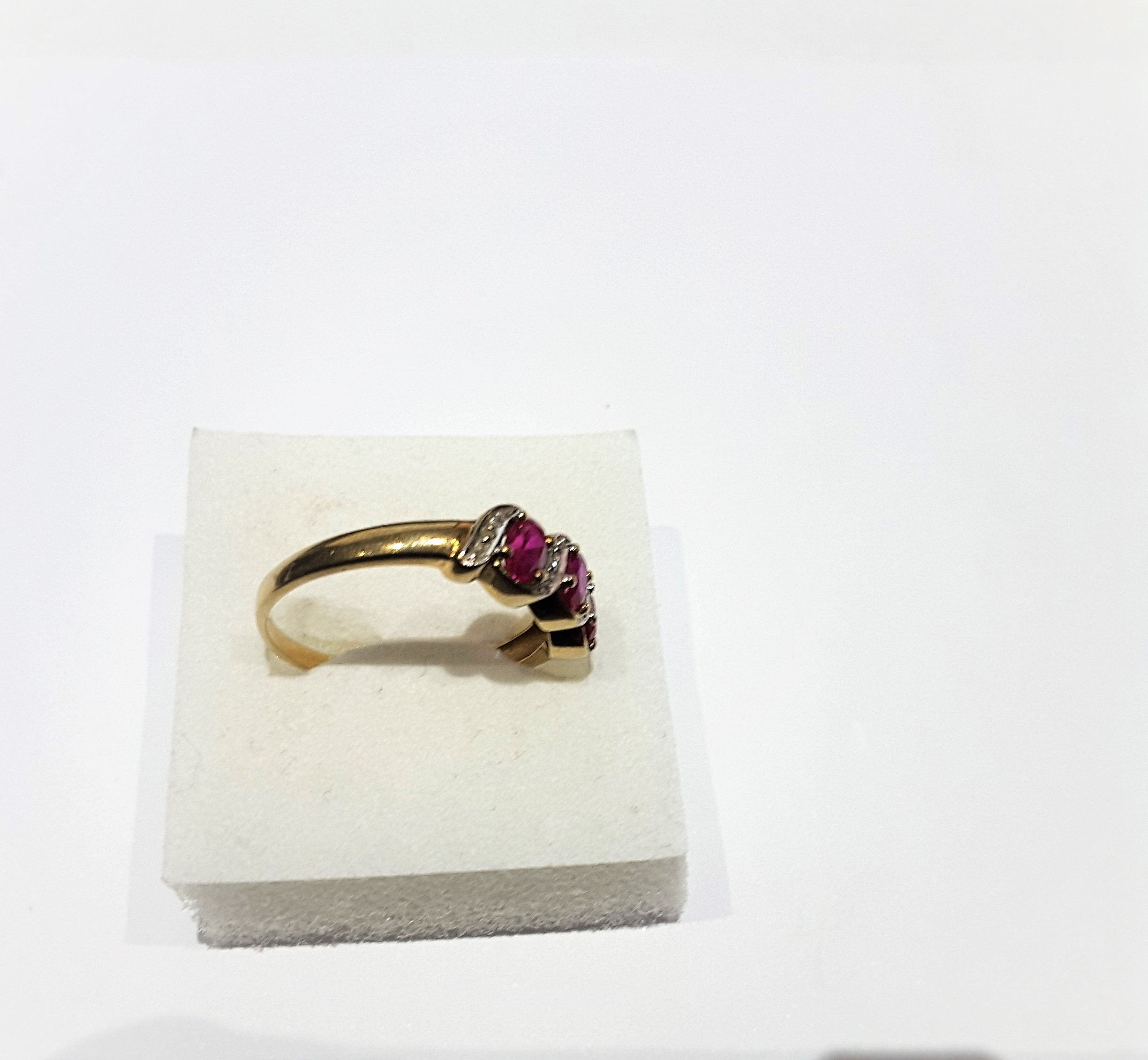 9Ct Gold Ruby And Diamond 3 Stone Ring - Image 2 of 5